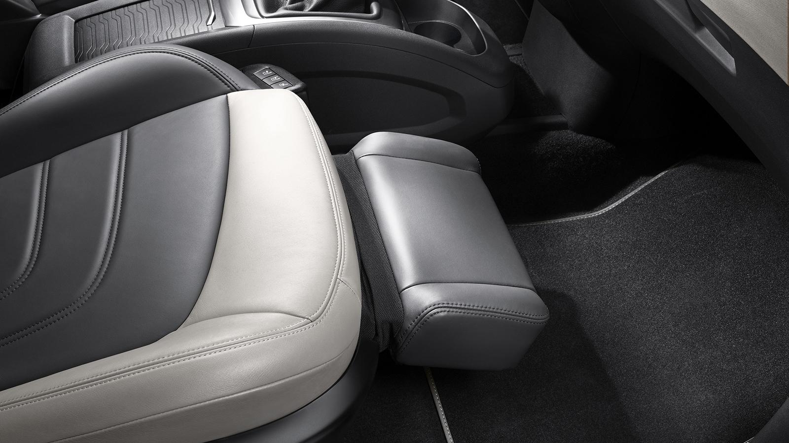 Los usuarios más sibaritas sabrán valorar la comodidad que proporciona el asiento de acompañante relax semieléctrico con reposapiés extensible. Se incluye dentro del Pack Lounge.