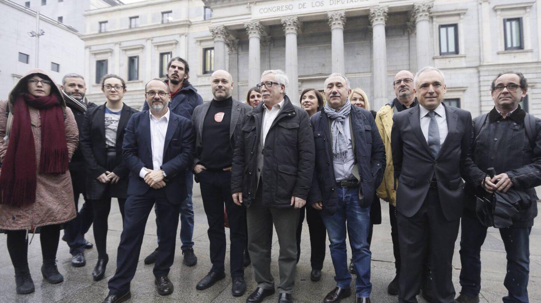 Los secretarios generales de CCOO y UGT, Ignacio Fernández Toxo y Pepe Álvarez, junto a los portavoces de los grupos que apoyan su renta mínima.