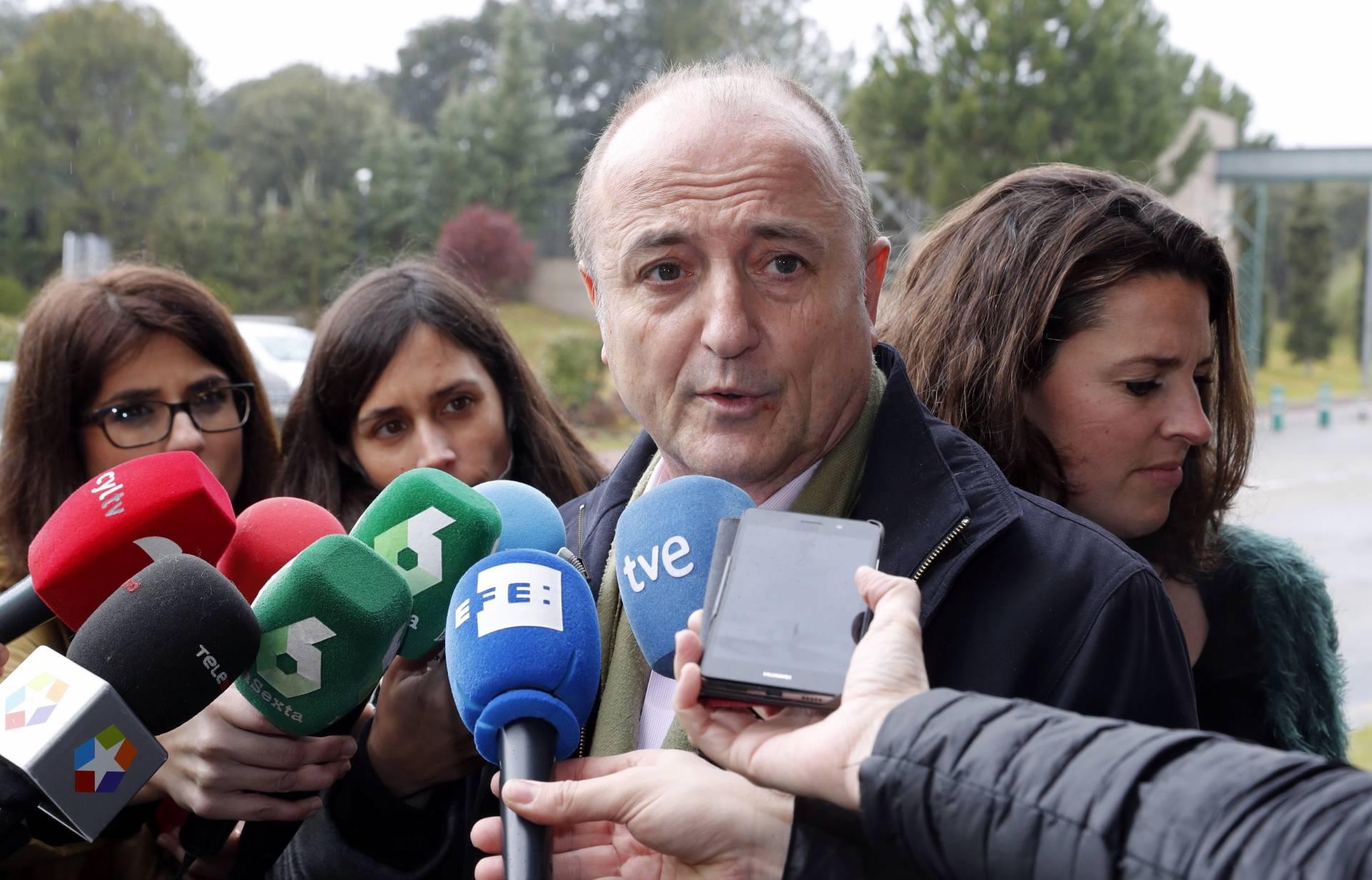 El ex ministro de Industria Miguel Sebastián, atendiendo a los periodistas.