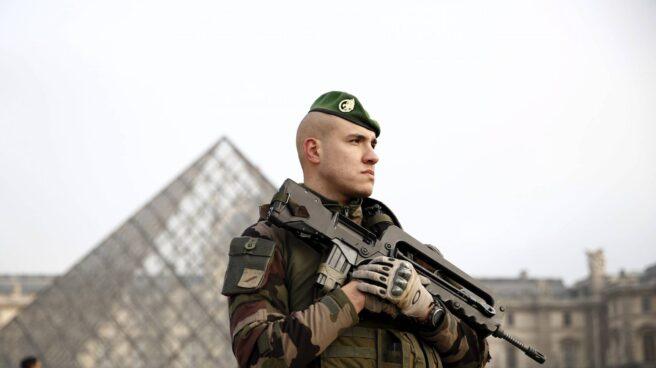Un soldado junto al museo Louvre de París.