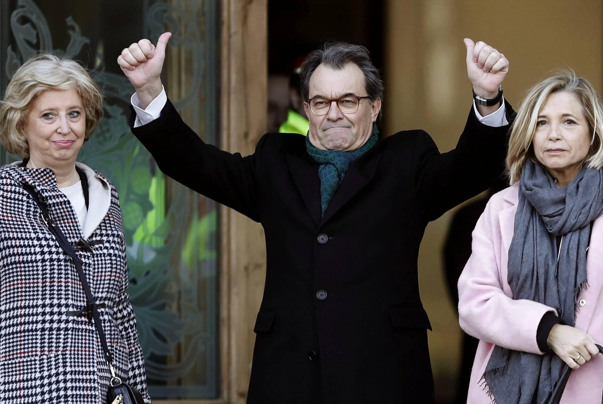 El expresidente catalán Artur Mas junto a las exconselleras Joana Ortega (i) e Irene Rigau (d), en la sala del Tribunal Superior de Justicia de Cataluña