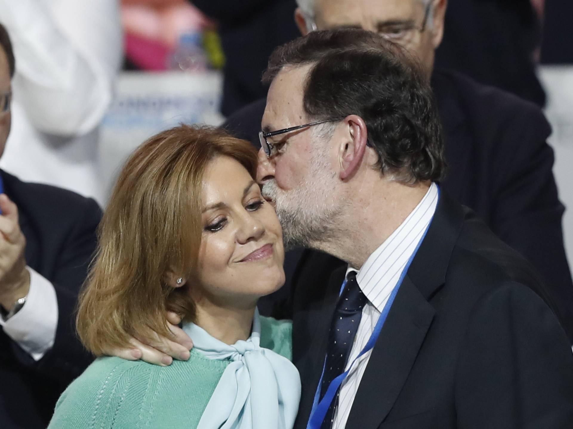 Rajoy besa a Cospedal tras su intervención en el congreso del PP
