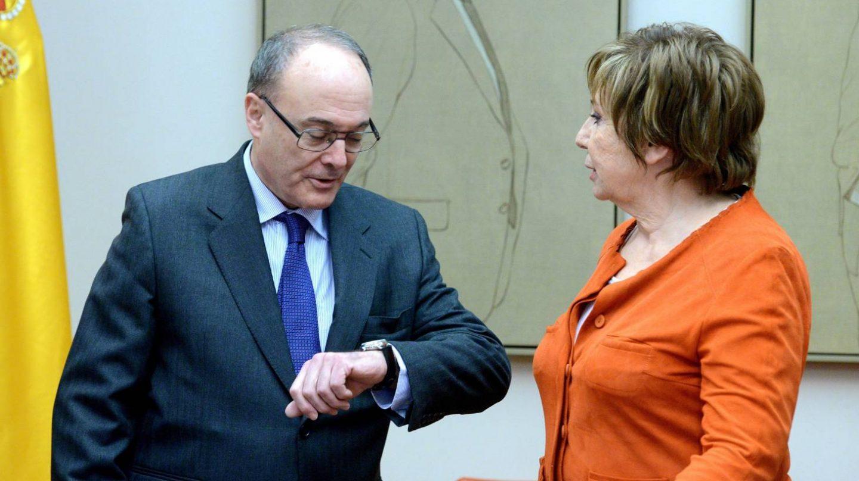 El Gobernador del Banco de España, Luis María Linde, junto a la presidenta del Pacto de Toledo, Celia Villalobos.