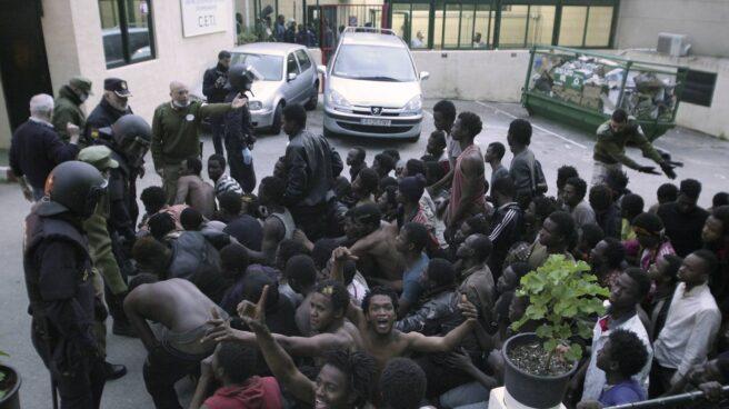 Un grupo de subsaharianos ante el CETI de Ceuta tras el salto masivo a la valla del pasado viernes.