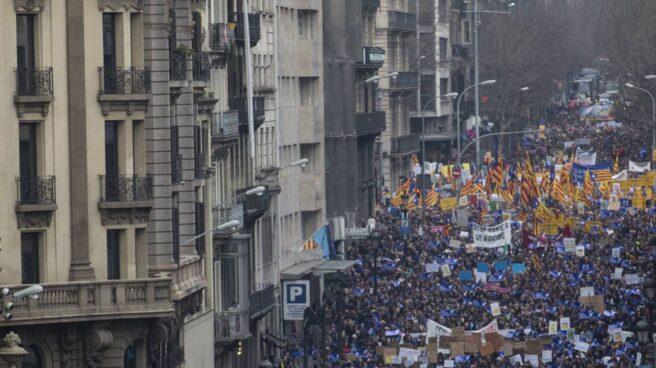 """Vista de la manifestación celebrada hoy en Barcelona por los refugiados bajo el lema """"Basta de excusas. Acojamos ya""""."""