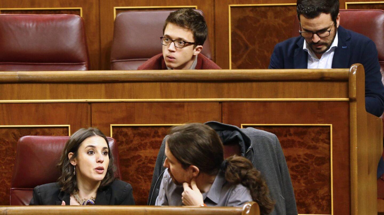 Irene Montero y Pablo Iglesias (filas inferiores) e Íñigo Errejón y Alberto Garzón, en el Congreso.
