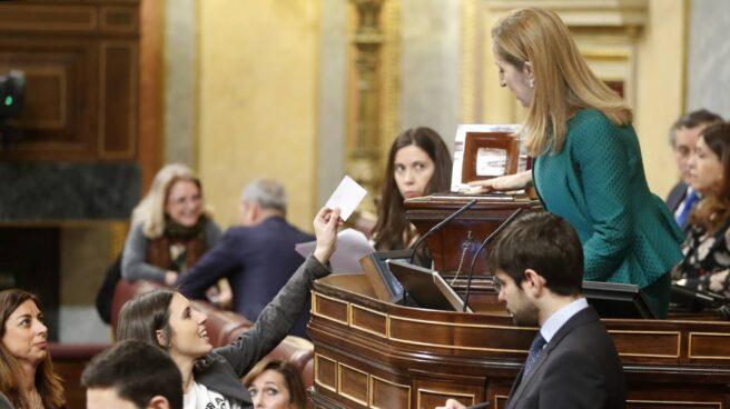 La portavoz de Unidos Podemos, Irene Montero, votando este martes en el Congreso.