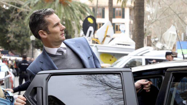 Urdangarin se sube al coche tras quedar en libertad en la Audiencia de Palma.