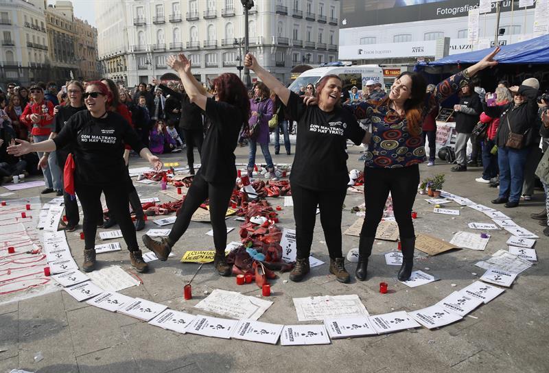 Las mujeres, en la Puerta del Sol, durante su protesta.Las mujeres, en la Puerta del Sol, durante su protesta.