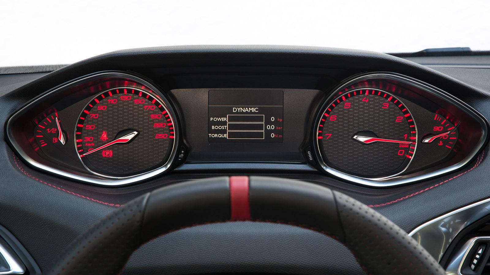 Al presionar el botón Sport la respuesta del acelerador es más inmediata y el color de la instrumentación pasa de blanco a rojo. Además la pantalla ofrece informaciones como, potencia, par o presión de sobrealimentación.