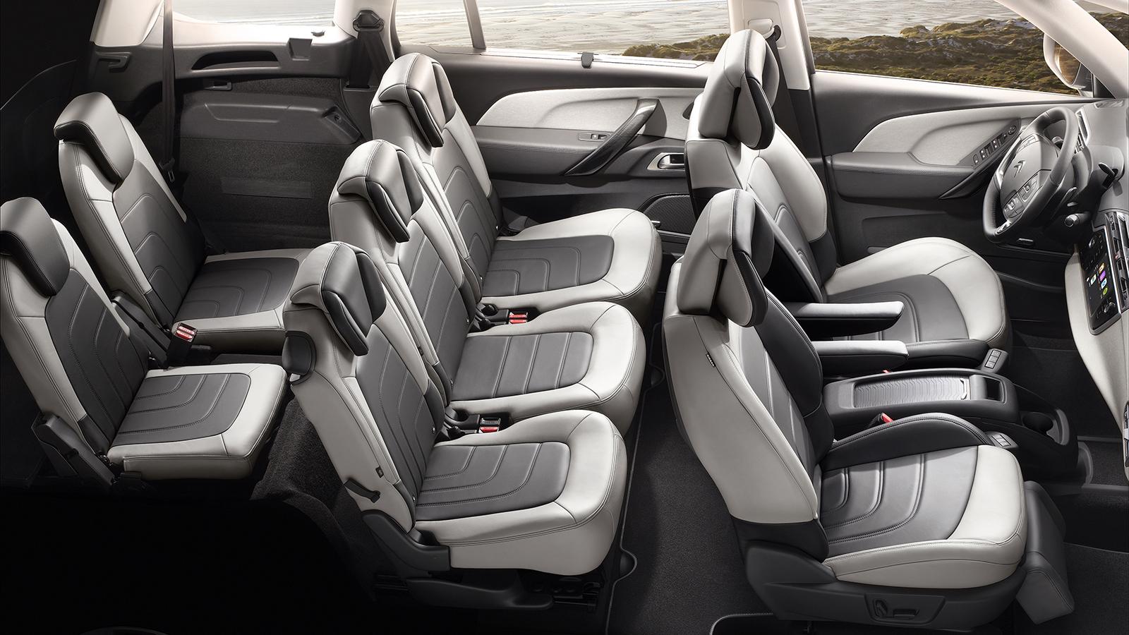 La segunda fila de asientos ofrece tres cómodas butacas individuales de idéntico tamaño, mientras las plazas de la tercera fila solo resultan aptas para niños o para adultos en trayectos cortos.