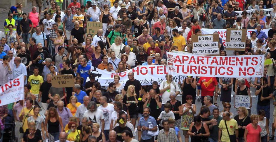 Manifestantes protestando en Barcelona contra los alquileres turísticos.