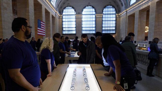 Compradores ante un expositor con Apple Watch en una de las tiendas de la compañía.