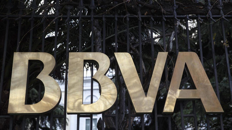 Logo del BBVA en la facha de una de sus sedes.