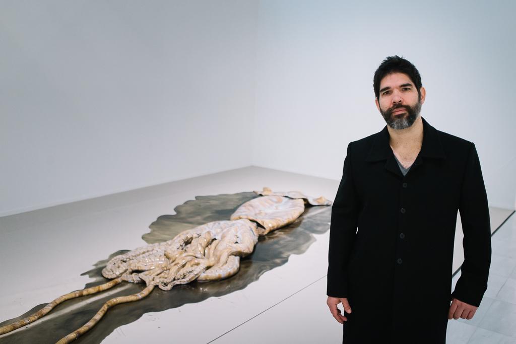 David Zink Yi posa con su obra.