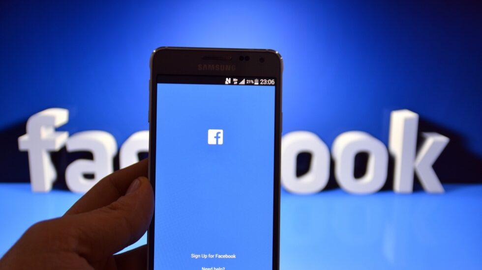Logo de Facebook en una aplicación de un smartphone.