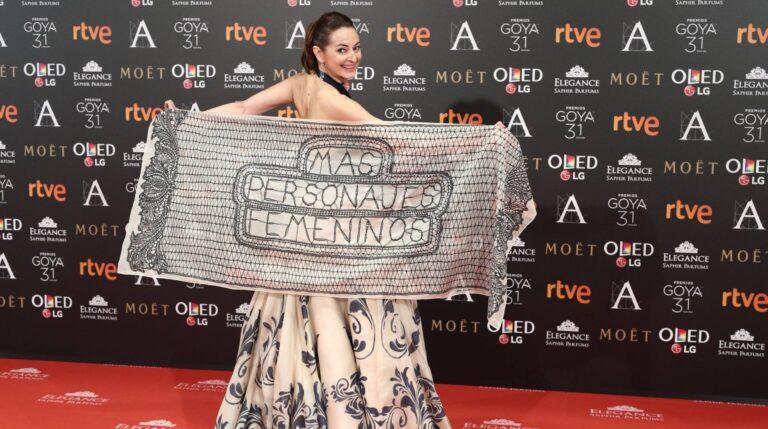 La actriz desplegó un chal con mensaje para demandar más papeles femeninos a la industria.