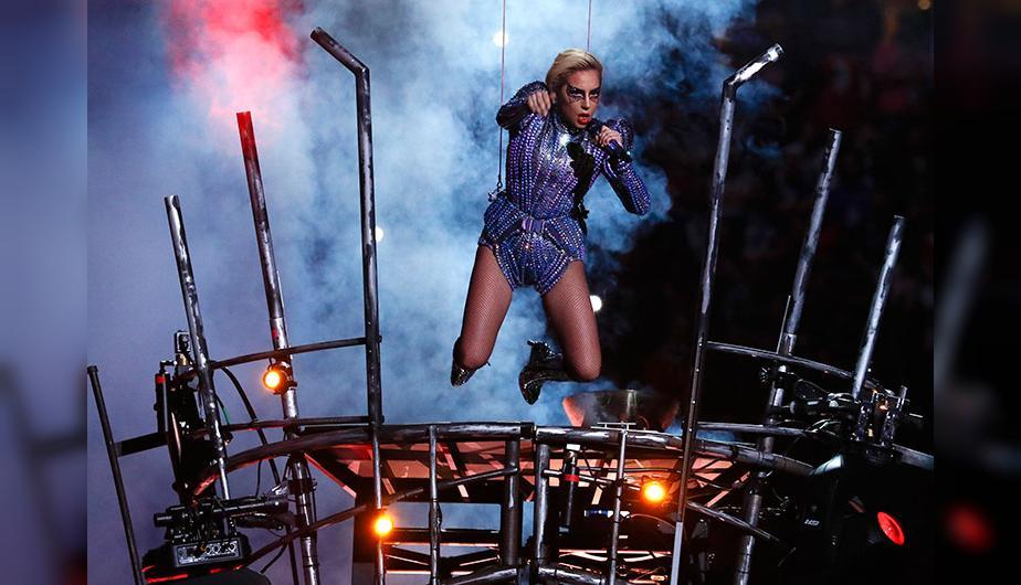 La cantante Lady Gaga durante su actuación en la Super Bowl LI.