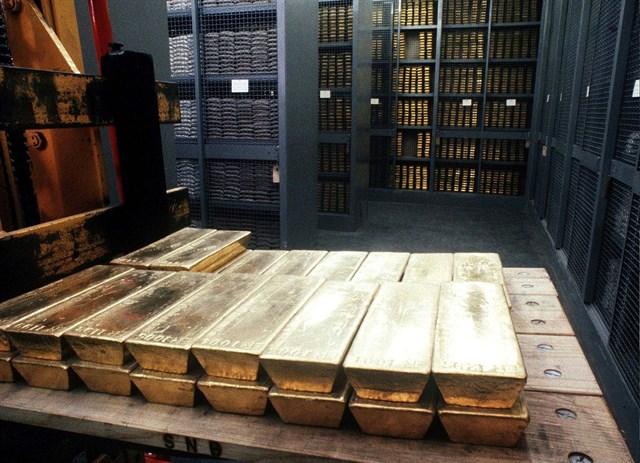 Lingotes de oro almacenados en una cámara de seguridad.