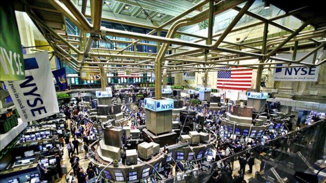 Vista de la bolsa de Nueva York en plena actividad bursátil.