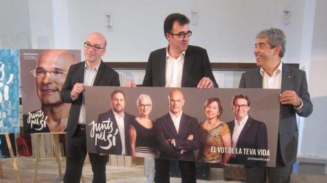 El secretario de Hacienda de la Generalitat, Lluis Salvadó (en el centro), junto a Francesc Homs.