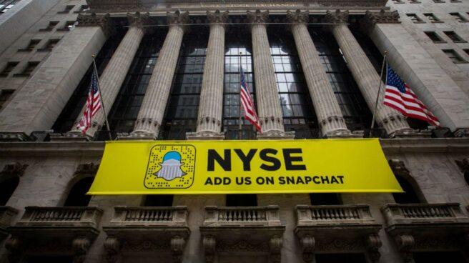 Fachada de Wall Street, en Nueva York, con los colores de Snapchat.