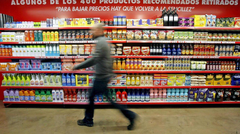 Estantes con productos en un supermercado.