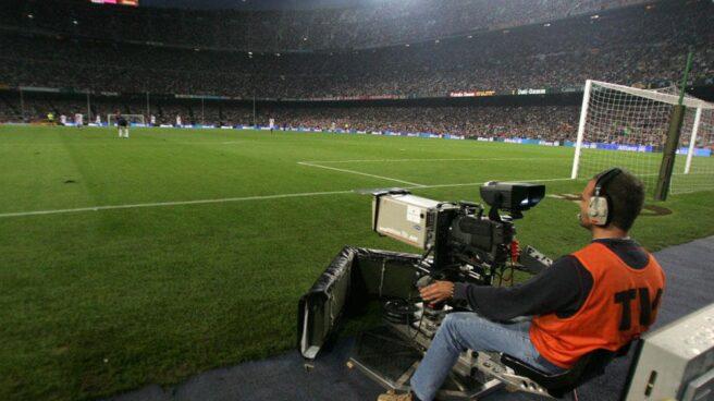Un cámara durante un partido de fútbol.