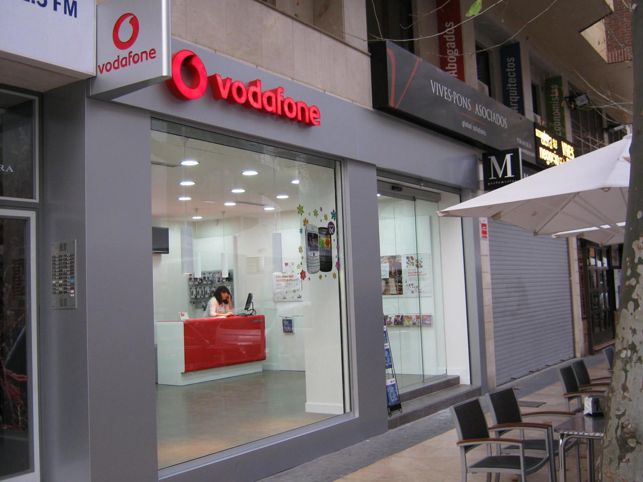 Fachada de una tienda de Vodafone en Madrid.