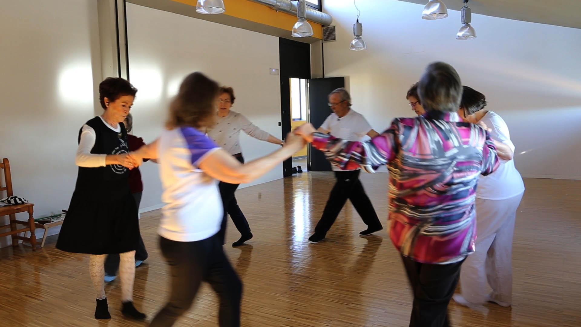 Algunos de los residentes de Trabensol participan en el taller de danza hebrea.