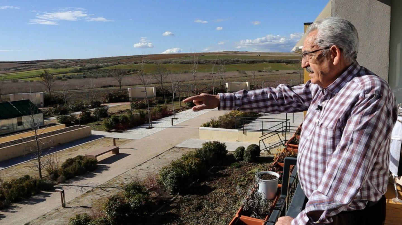 Pedro, el presidente de la cooperativa, muestra las vistas desde su apartamento.