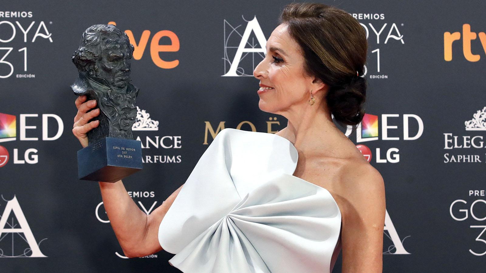 """La actriz, cantante y directora Ana Belén ha asegurado esta noche al recoger el Goya de Honor que ponerse en la piel de los otros en más de 50 películas le ha hecho """"comprender mejor a los demás"""" ."""