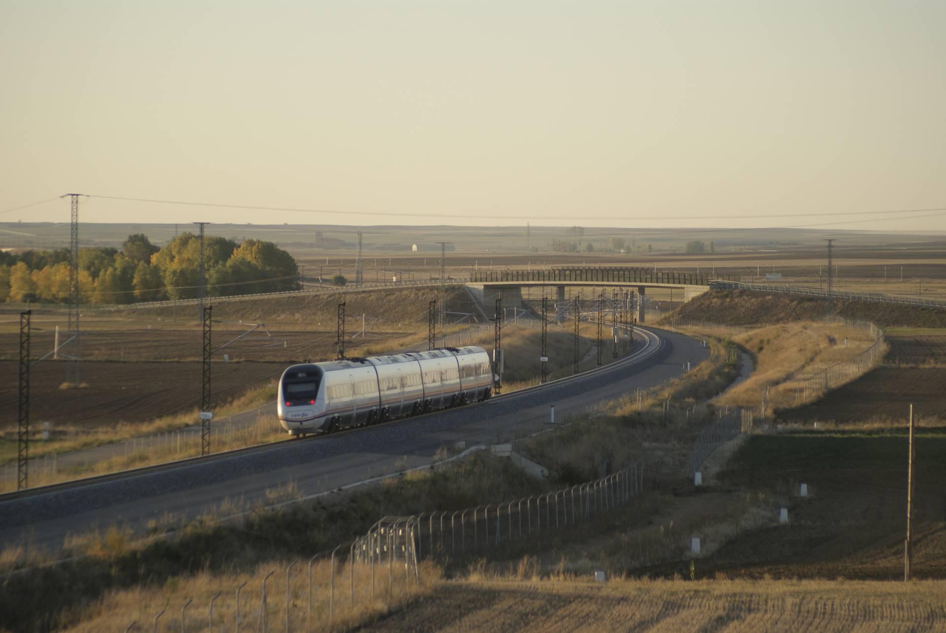 Un tren Avant recorre la línea Valladolid-Palencia-León