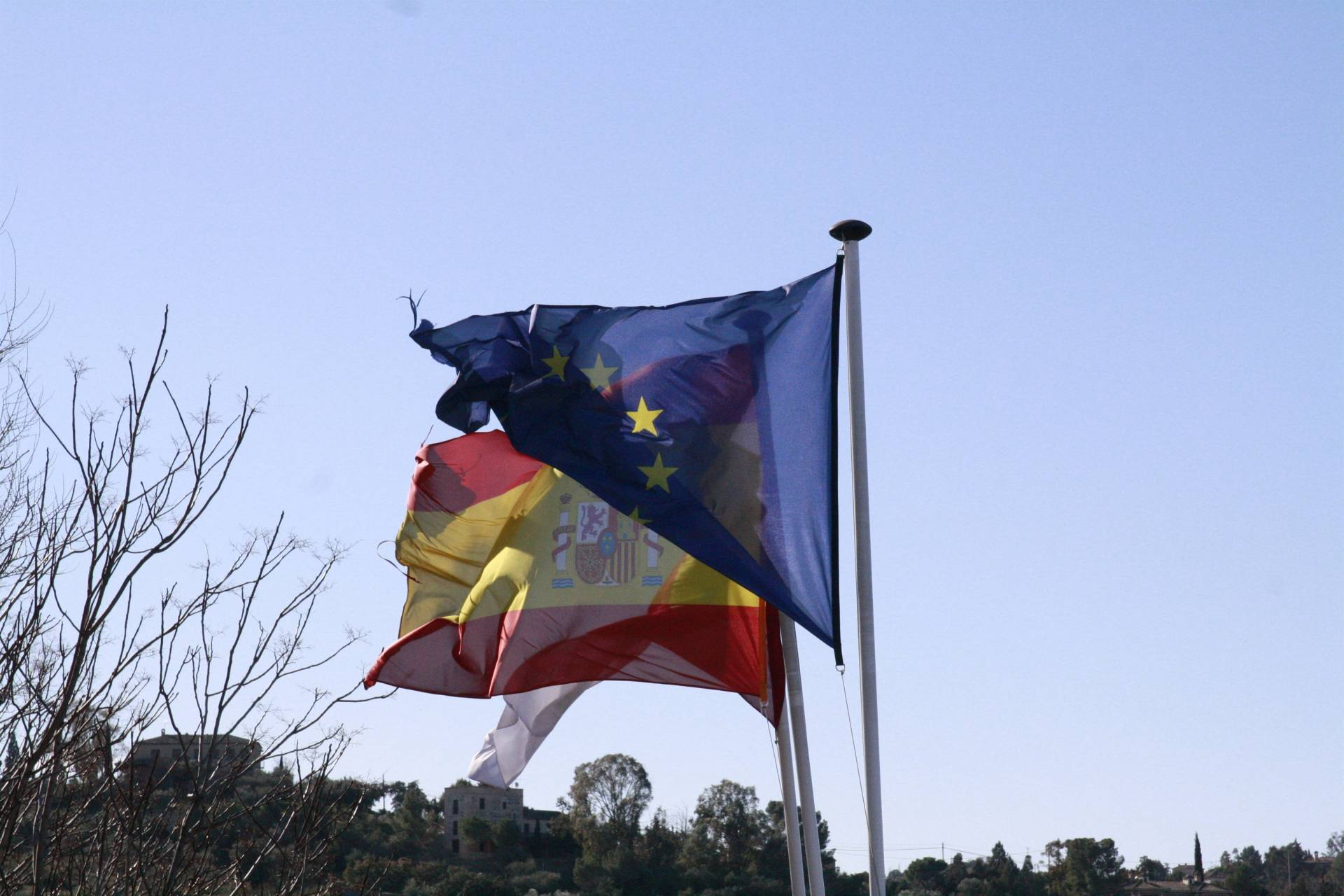Banderas de la Unión Europea y de España.