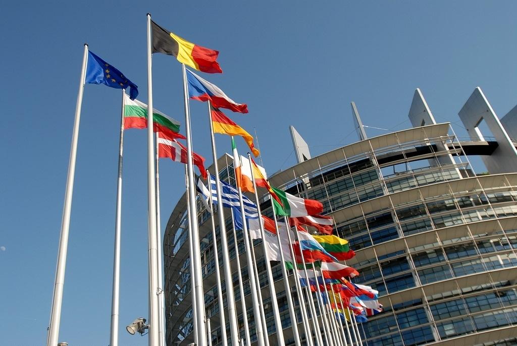 Banderas de los países miembros de la Unión Europea frente al Parlamento Europeo.