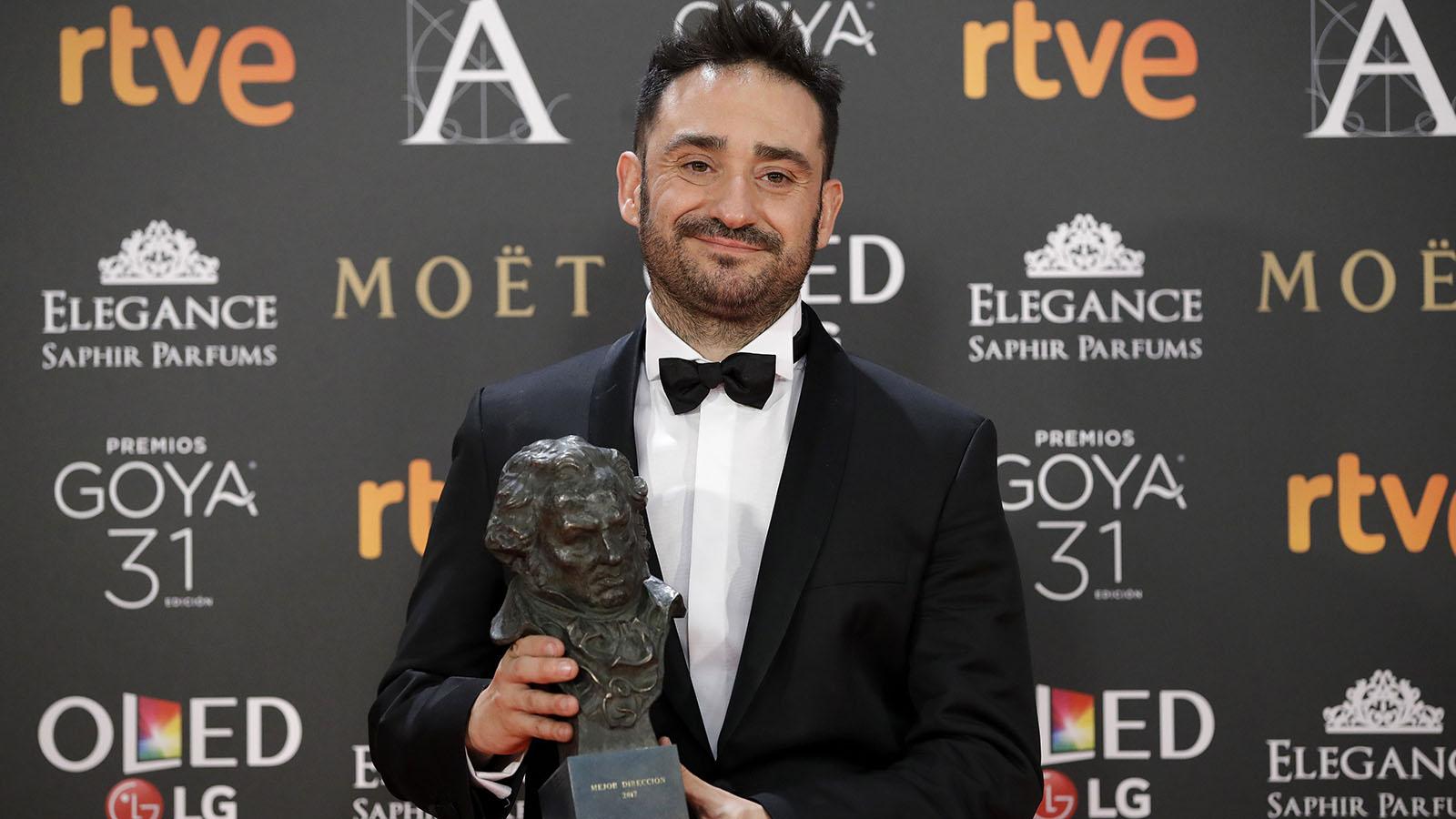 """El realizador Juan Antonio Bayona posa con el premio a la """"Mejor Dirección"""", por su película """"Un monstruo viene a verme""""."""
