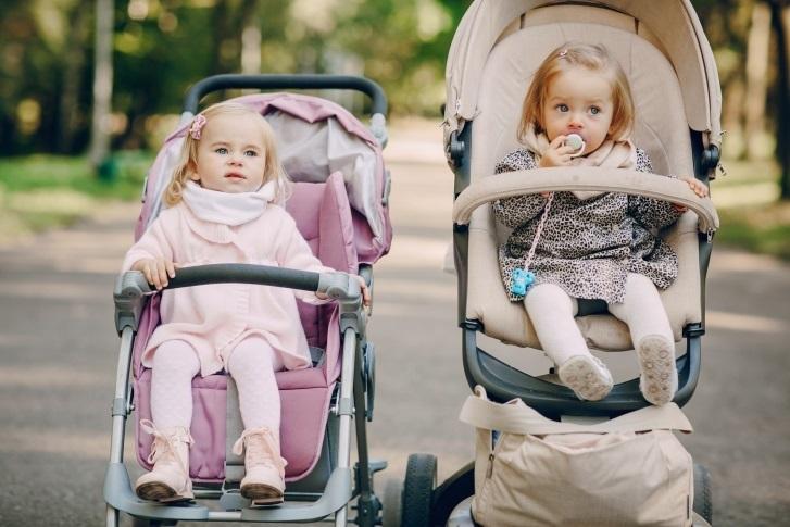 Bebés paseando en sus carritos