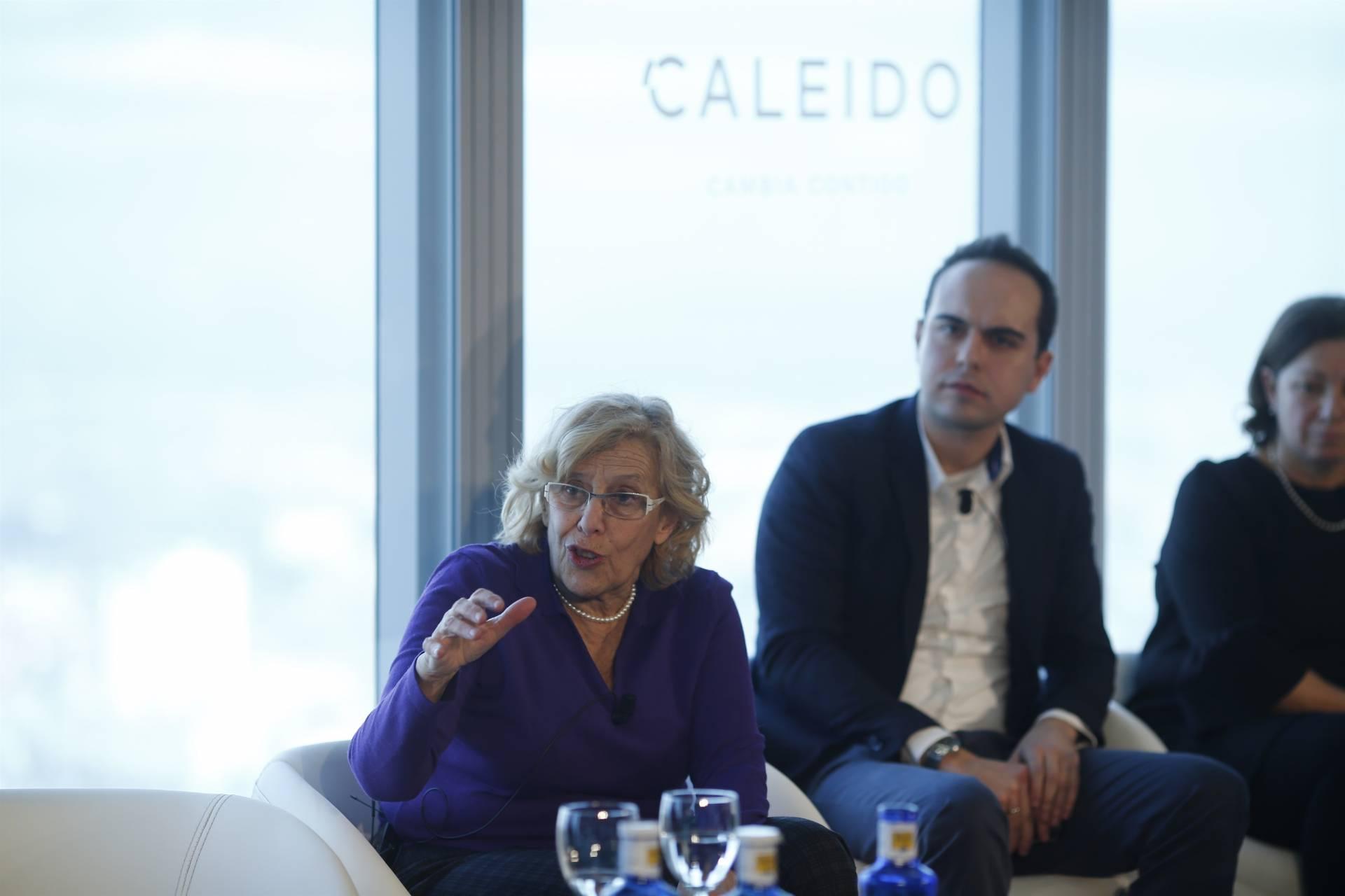 La alcaldesa de Madrid, Manuela Carmena, y el concejal de Urbanismo, José Manuel Calvo, en la presentación de la quinta torre de OHL.