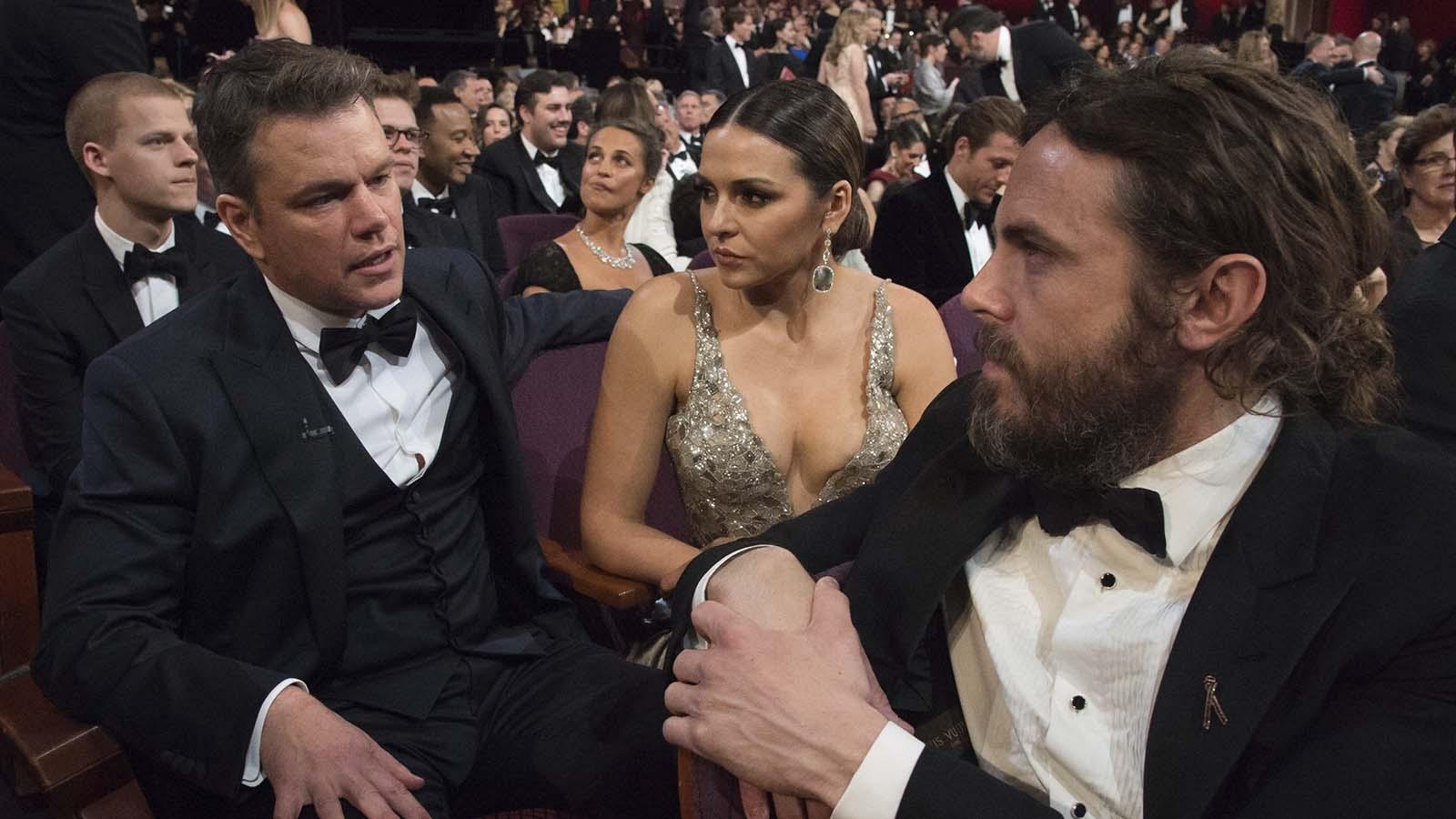Los actores Lucas Hedges (izq), Matt Damon (c) y Casey Aflleck (dcha)