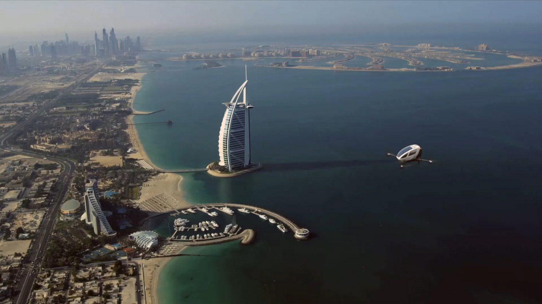 Taxis autónomos: Un prototipo de Ehang surca los cielos de Dubai, cerca del Burj Al Arab, el mejor hotel del mundo.