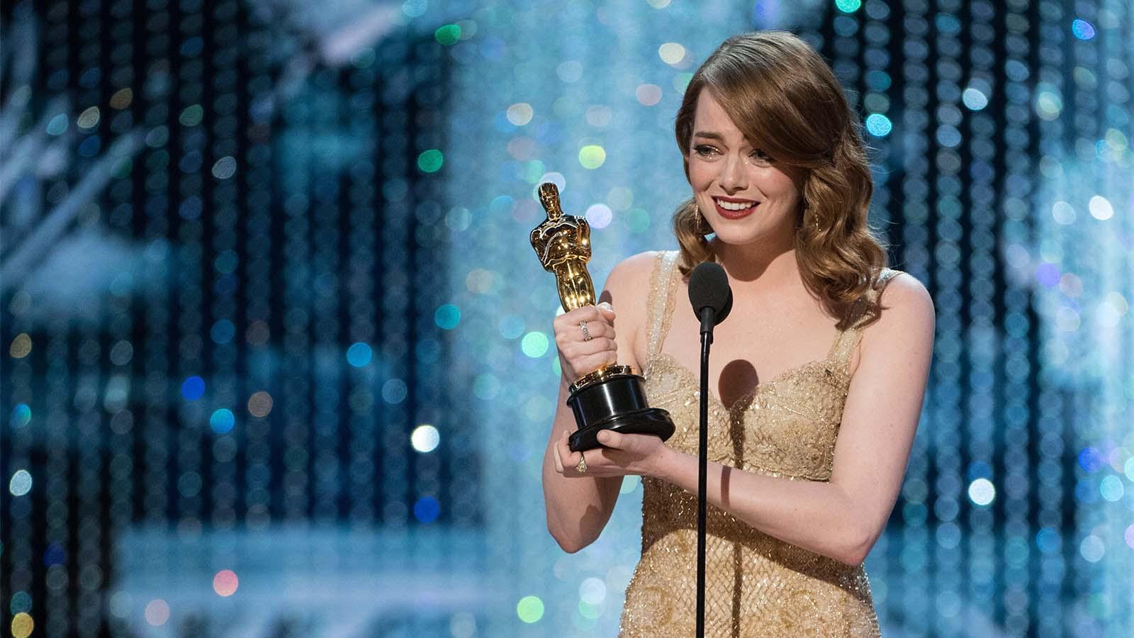 La actriz Emma Stone recibió emocionada el galardón como mejor actriz, como apuntaban todas las apuestas.