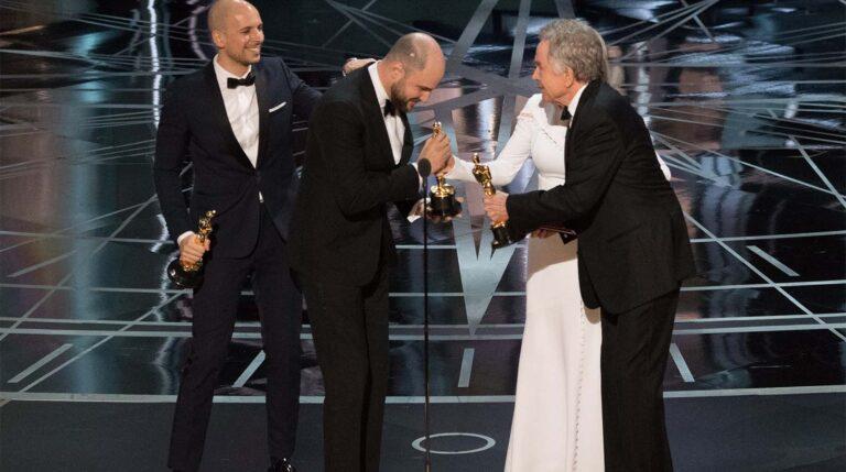 Faye Dunaway y Warren Beatty entregan el Oscar a la Mejor Película a los productores de 'La La Land', antes de darse cuenta del error. /EFE