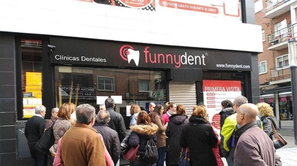 Afectados a las puertas de una clínica Funnydent.