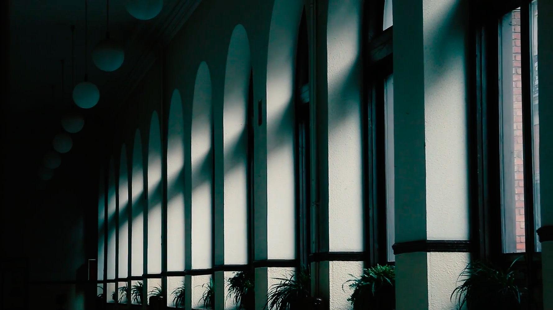 Galería de la primera planta del Instituto Cardenal Cisneros de Madrid.