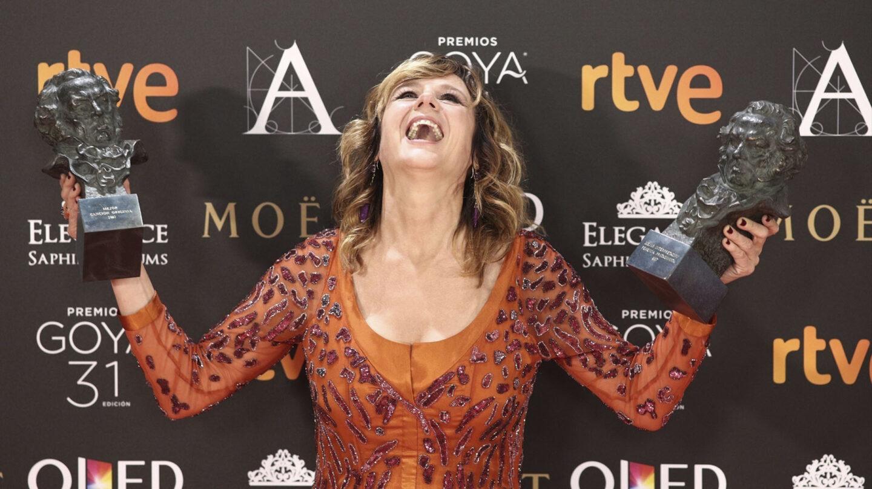 La gran triunfadora de la noche fue Emma Suárez, quien hizo doblete histórico. Primero recogió emocionada el premio a la Mejor actriz de reparto por La última piel, para después recoger, de manos de Pedro Almodóvar, un segundo 'cabezón' como Mejor actriz protagonista por Julieta.