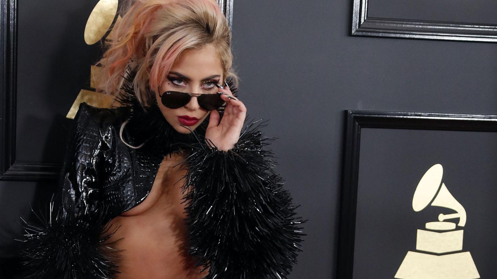 La cantante volvió a ser el centro de todas la miradas con su modelo rockero.