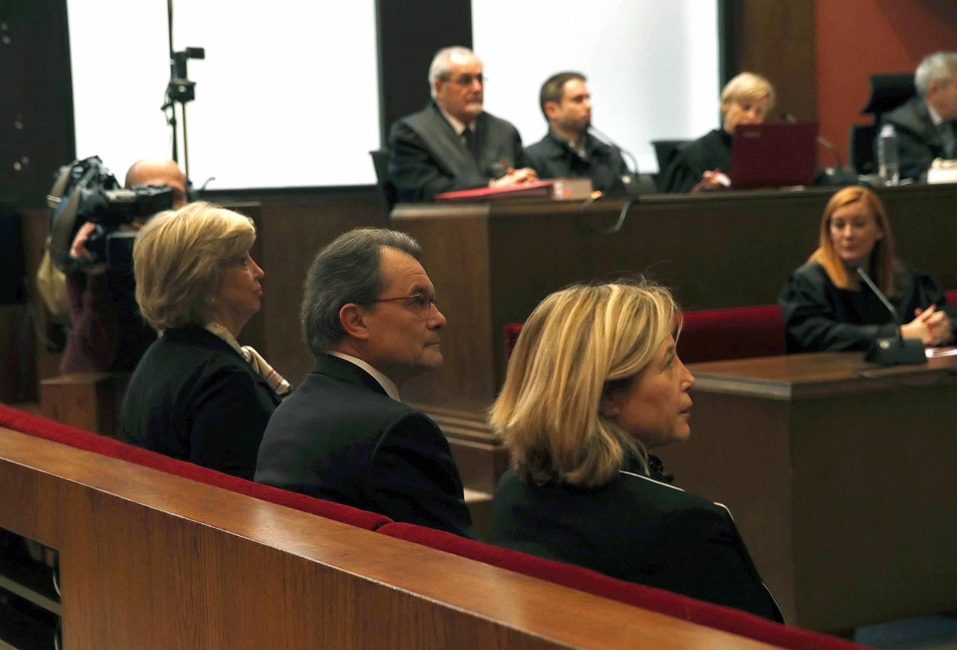 Artur Mas, junto a Joana Ortega e Irene Rigau, en el juicio por el 9-N.