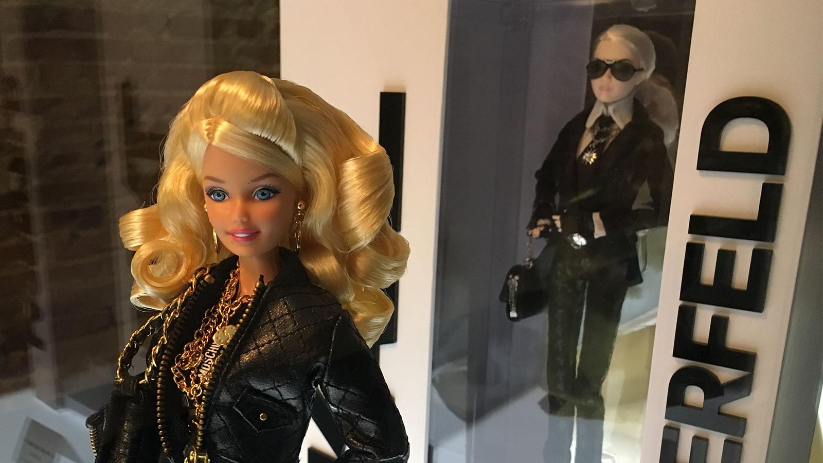 Muñeca de Barbie, vestida de Moschino.