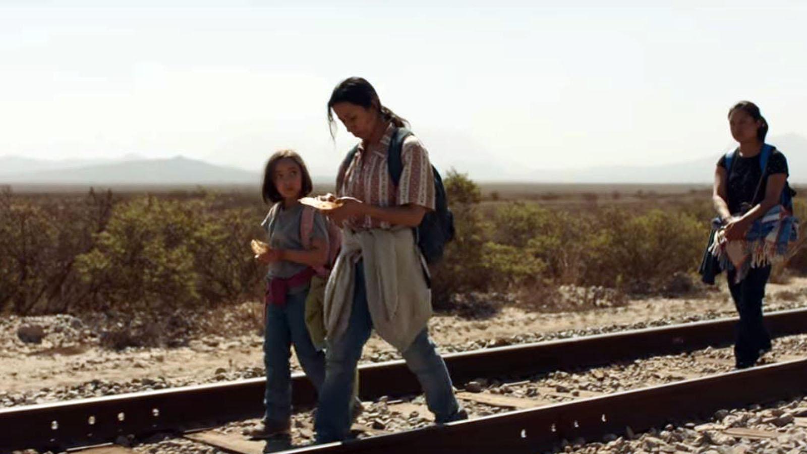 Fotograma del anuncio de 84 Lumber sobre dos emigrantes mexicanas