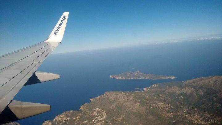 Un avión de Ryanair sobrevuela Mallorca.